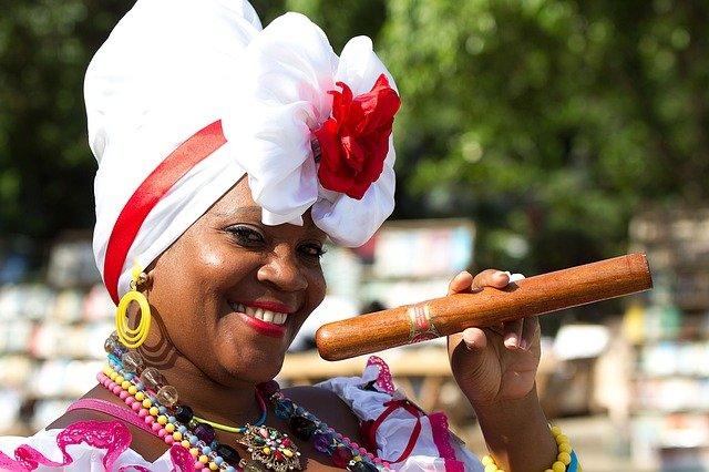 葉巻を持っているキューバの女性