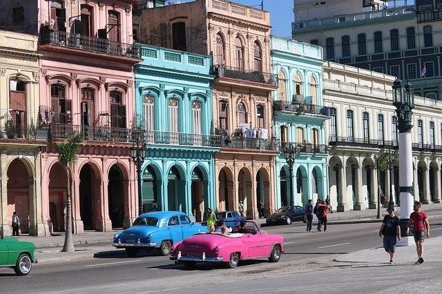 ハバナ市街とクラシックカー