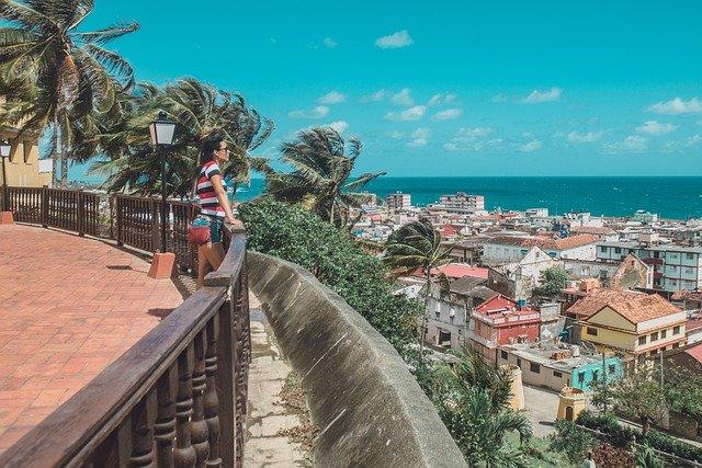 キューバの街並みと女性