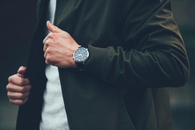 デュアルタイム腕時計を身につける男性